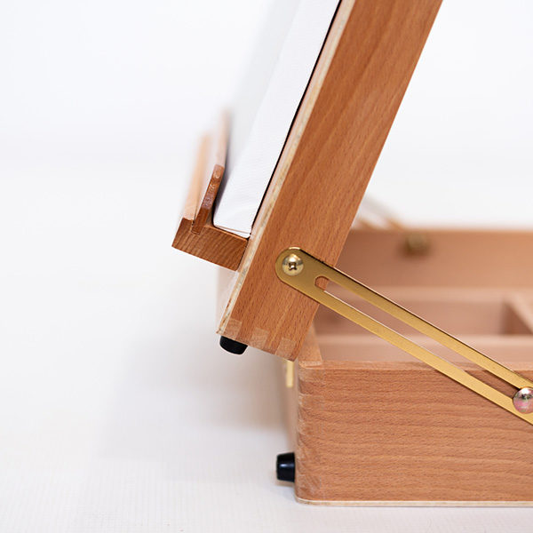 Mont-Marte-Tabletop-Beech-Box-Easel-close-up-of-the-ledge-and-hinges
