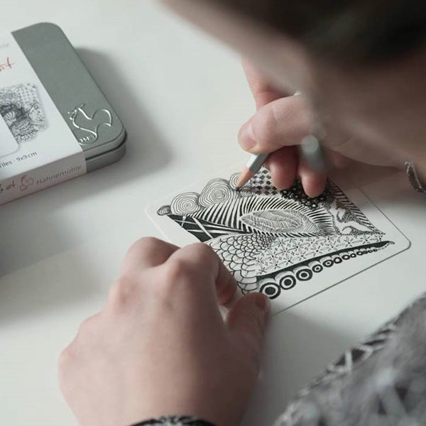 Hahnemühle-You-tangle-art-tin-paper-being-drawn-on-by-artist